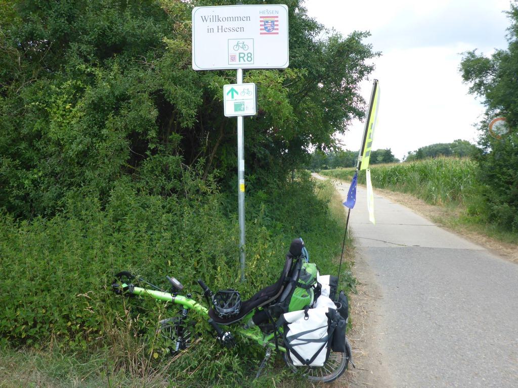 """Grasshopper vor dem Schild """"Wilkommen in Hessen"""" an der Landesgrenze zwischen Baden-Württemberg und Hessen bei Heppenheim (Bild: Klaus Dapp)"""