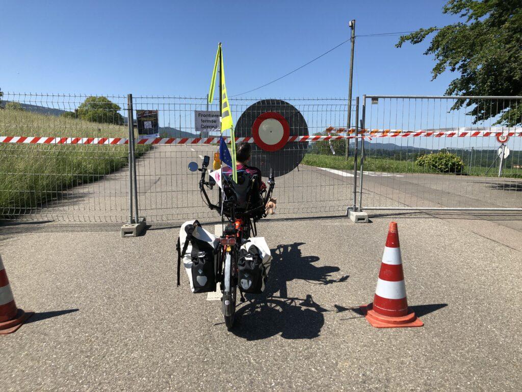 Geschlossene Grenze bei Rodersburg mit unserem Pino mit Europafähnchen (Bild: Klaus Dapp)