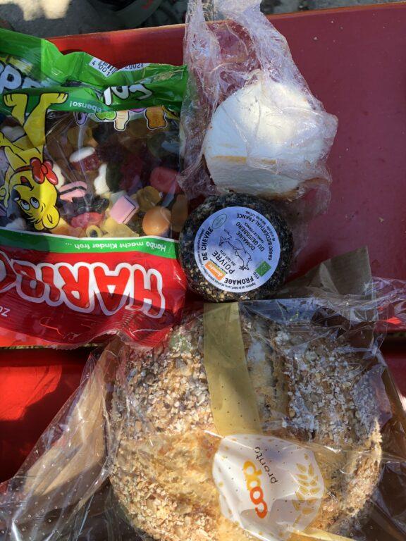 Unser symbolisches Dreiländereck mit Brot aus der Schweiz, Ziegenkäse aus Frankreich und Nachtisch aus Deutschland (Bild: Klaus Dapp)