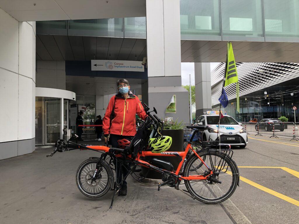 Pino vor dem Corona-Impfzentrum in Basel
