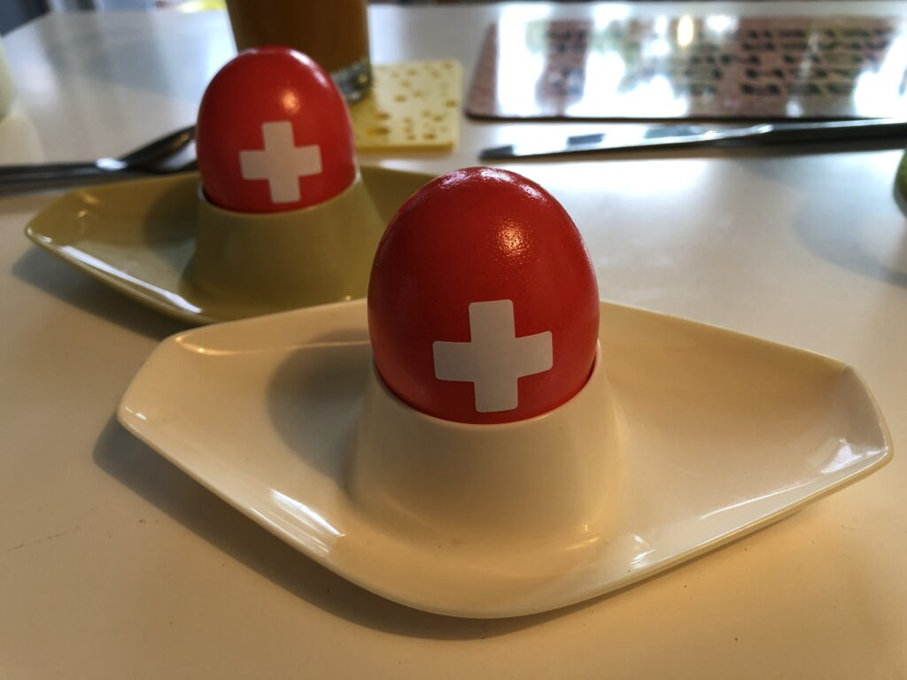 Nationalfeiertagsei mit Schweizerkreuz (Bild: Klaus Dapp)