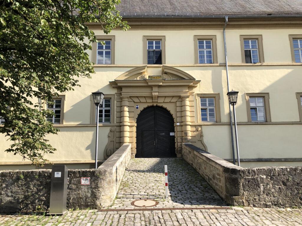 Schloss in Aub das als Flüchtlingsunterkunft genutzt wird (Bild: Klaus Dapp)