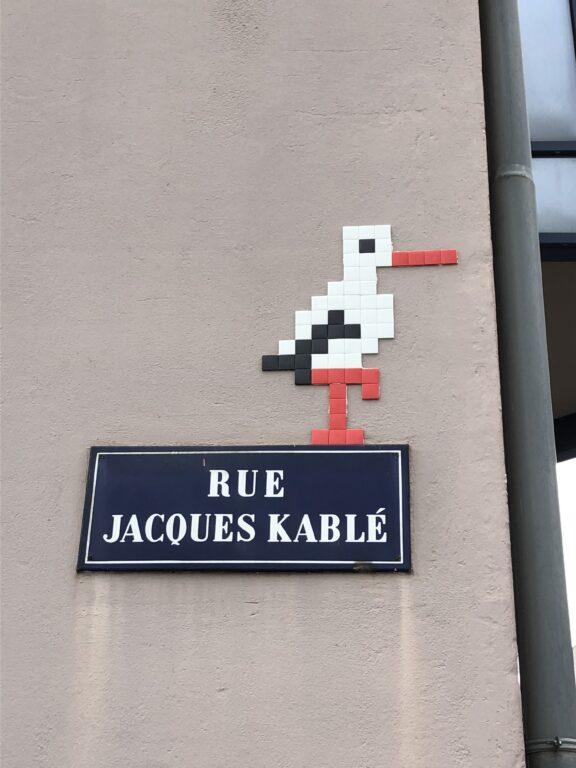 Storch an einer Hauswand in Strasbourg (Bild: Klaus Dapp)