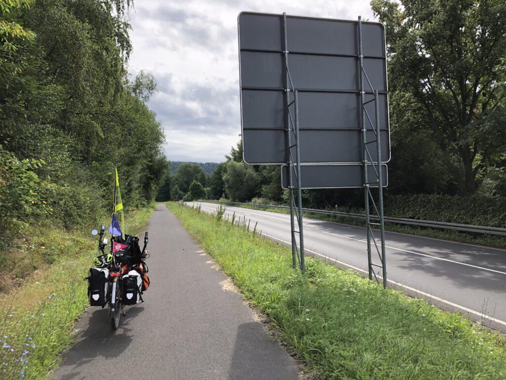 Straßenbegleitender Radweg an der B26 (Bild: Klaus Dapp)