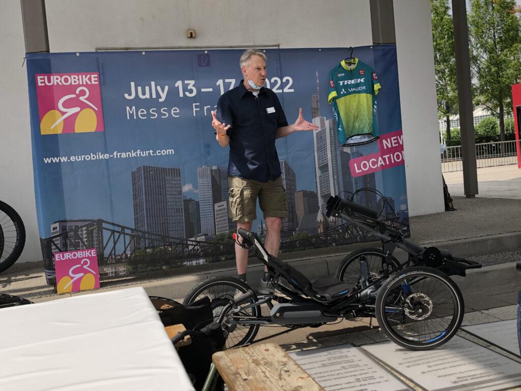 Alexander Kraft von HP Velotechnik stellt die neue Handbike-Ergänzung der Presse vor (Bild: Klaus Dapp)