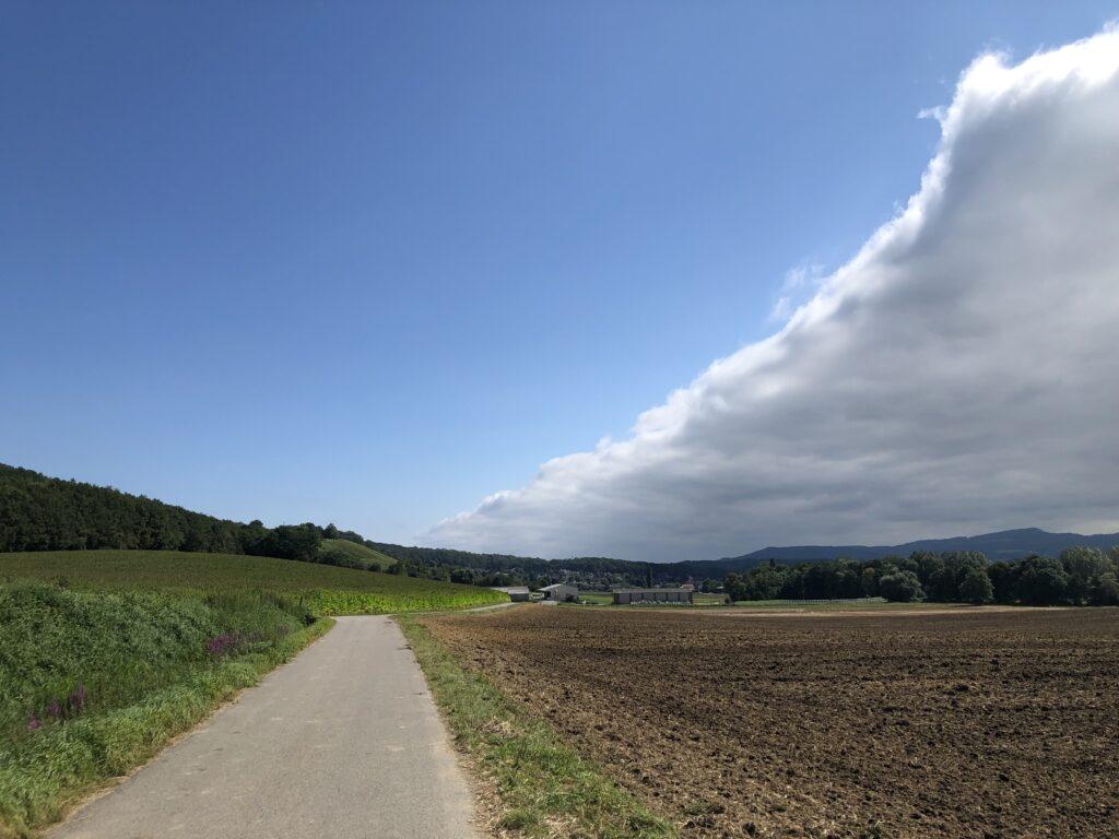 Wettergrenze bei Leymen über der Birsig (Bild: Klaus Dapp)