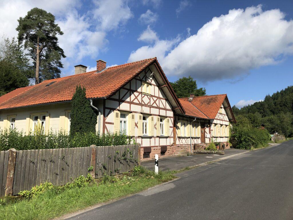 Forstgebäude im Hafenlohrtal bei Einsiedel (Bild: Klaus Dapp)