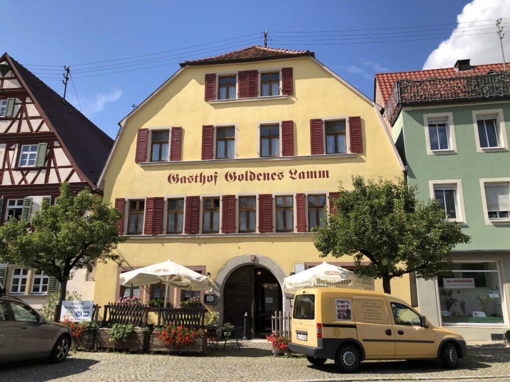 Eines der alten Gasthäuser am Marktplatz in Aub (Bild: Klaus Dapp)