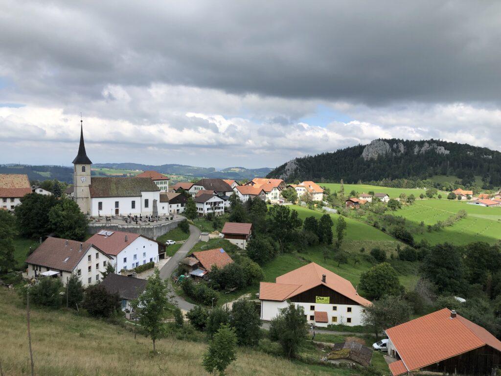 Blick auf Saint-Brais (Bild: Klaus Dapp)