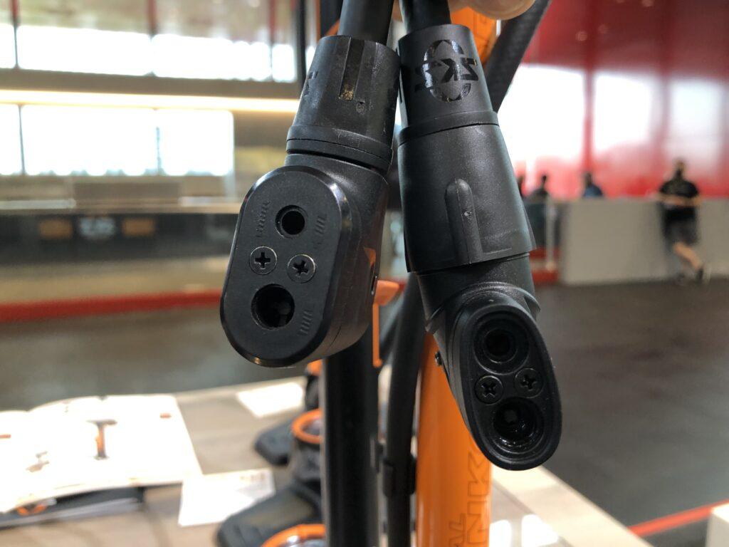 Neuer (links) und aktueller Pumpenkopf von SKS (Bild: Klaus Dapp)