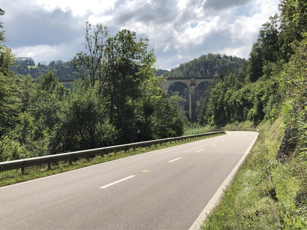 Durchfahrt unter dem Eisenbahnviadukt bei Saint Ursanne (Bild: Klaus Dapp)