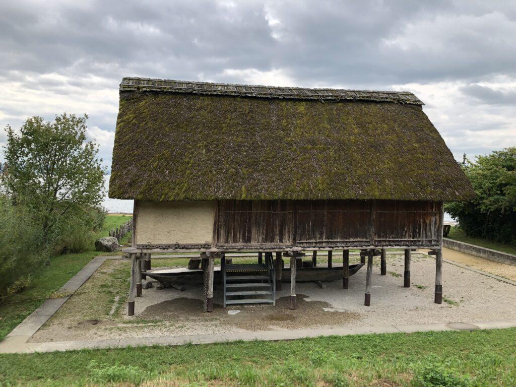 Rekonstruierter Pfahlbau im Museum Le Laténium (Bild: Klaus Dapp)