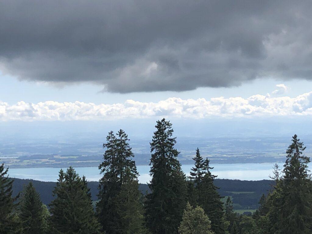 Blick auf den Lac Neuchâtel bei der Auffahrt zum Tête-de-Ran (Bild: Klaus Dapp)
