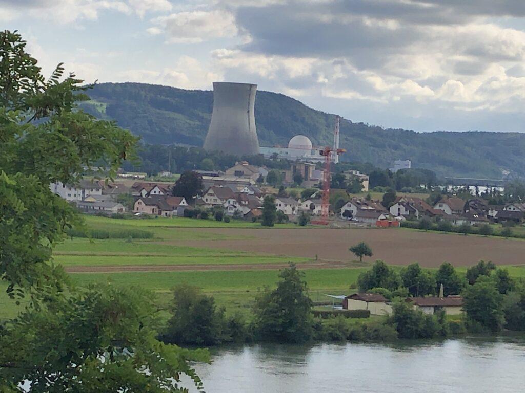 Blick auf das Atomkraftwerk Leibstadt gegenüber von Waldshut (Bild: Klaus Dapp)