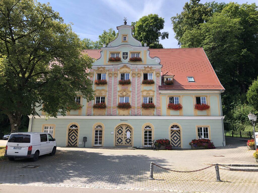 Rathaus von Königsbronn am Quelltopf der Brenz (Bild: Klaus Dapp)