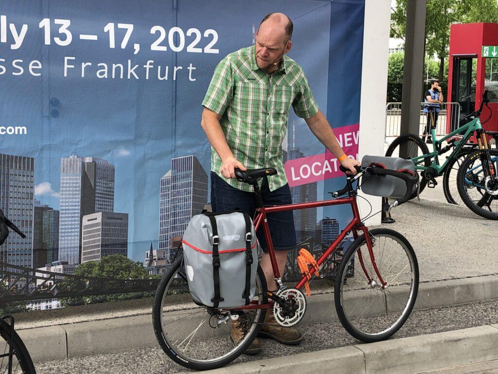 Reiserad aus dem letzten Jahrhundert mit Ortlieb Taschen (Bild: Klaus Dapp)