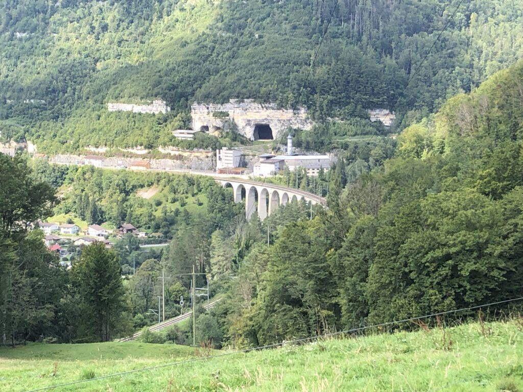 Bahnviadukt von St. Ursanne mit Höhlen im Hintergrund (Bild: Klaus Dapp)