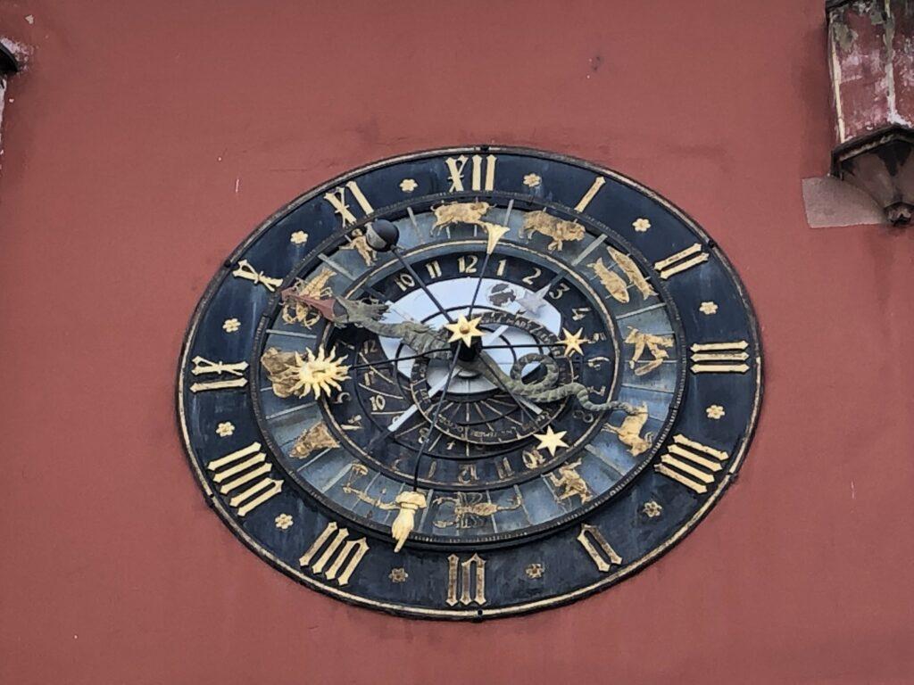 Uhr am Museum des Elsass in Hagenau (Bild: Klaus Dapp)
